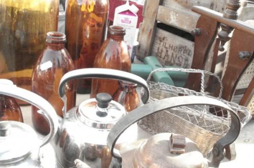 Botellas Vintage y teteras Mercado de pulgas
